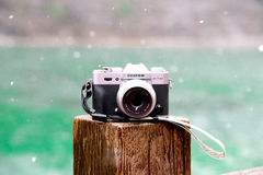 我的富士照相机Xt10,在一个湖旁边的一台Mirrorless照相机在一斯诺伊天 库存照片