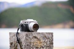 我的富士照相机Xt10,在湖旁边的一台Mirrorless照相机 免版税库存照片