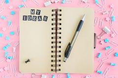我的想法在混乱的中心列出从文具的是有棕色颜色页的一个笔记本  库存图片