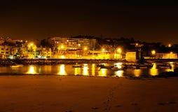 我的故乡-从老渔夫海滩,夜城市江边的小海湾 库存图片