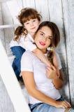 我的母亲是我的最好的朋友 拥抱坐的母亲和女儿 免版税库存图片