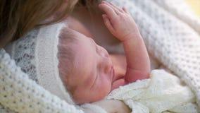 我的母亲生长她的胳膊的一个新出生的婴孩 影视素材