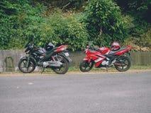 我的自行车和我的朋友骑自行车,当旅行对ponmudi时 免版税库存照片