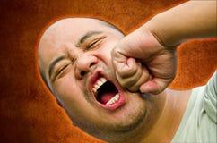 我秃头人是发怒和打他自己 免版税库存照片