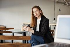 我联系与您 有设法的膝上型计算机的陌生人与坐在他旁边的可爱的妇女谈话在咖啡馆,喝 库存图片