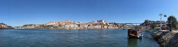 我跨接在连接波尔图和加亚新城的杜罗河河在葡萄牙的雷斯 库存照片