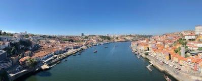 我跨接在连接波尔图和加亚新城的杜罗河河在葡萄牙的雷斯 免版税库存图片