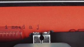 我需要在一台老葡萄酒打字机-键入的工作 打印在红色纸 红色纸被插入入打字机 股票录像