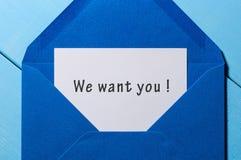 我们想要您-发短信在信件在工作场所的开放蓝色信封 到达天空的企业概念金黄回归键所有权 库存图片