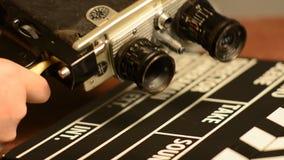 我们更换在一台减速火箭的影片照相机的透镜 股票视频