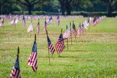 我们旗子在一座退伍军人公墓在退伍军人日 免版税库存照片