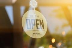 我们是开放的开放标志宽广在玻璃门 免版税库存图片