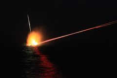 我们海军 50口径机枪在晚上 免版税图库摄影