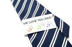 我们爱您有五颜六色的手印刷品的爸爸在w的蓝色领带标记 免版税库存照片