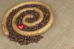 我们爱新鲜的烤咖啡 在一个木螺旋的烤咖啡豆 图库摄影