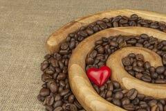 我们爱新鲜的烤咖啡 在一个木螺旋的烤咖啡豆 免版税图库摄影