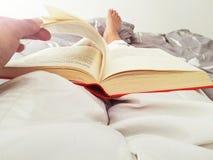 我们爱阅读书,读书扩大世界的想象力和知识 免版税图库摄影