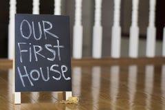 我们的与钥匙的第一个房子标志 库存图片