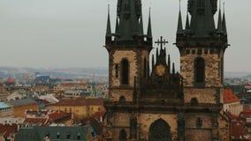 我们的在Tyn前的夫人教会的特写镜头空中射击在布拉格,捷克(Czechia) 影视素材