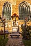 我们的夫人中世纪教会在布鲁日在晴朗的晚上,比利时 图库摄影
