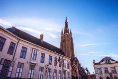 我们的夫人中世纪教会在布鲁日在晴朗的晚上,比利时 免版税库存照片