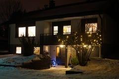 我们的家在冬天黑暗中 免版税库存照片