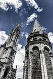 我们的念珠的夫人大教堂反对蓝天的 片段 卢尔德,法国, Hautes比利牛斯 免版税图库摄影