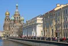 我们的溢出的血液和Griboedova运河的救主教会  彼得斯堡俄国st 并且Griboedova运河 彼得斯堡俄国st 图库摄影