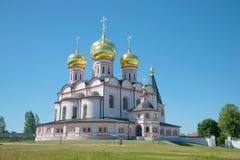 我们的Iver晴朗的7月下午的夫人大教堂  Iversky Svyatoozersky维尔京修道院,俄罗斯 免版税库存照片