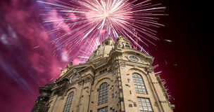 我们的Ladyand假日烟花德累斯顿逐字Frauenkirche教会 --是一个路德教会在德累斯顿,德国 库存照片