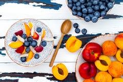 戒毒所和健康superfoods早餐碗概念 素食主义者椰奶chia播种在土气桌的布丁用各种各样的果子 免版税图库摄影
