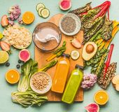 戒毒所喝做概念的圆滑的人 有瓶的a各种各样的健康新鲜水果、菜、种子、坚果、无头甘蓝和唐莴苣叶子 库存图片