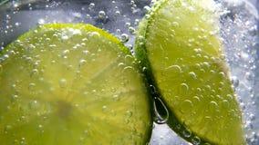 戒毒所或干渴概念 健康,饮食营养 冷的柠檬水,石灰饮料 黑色背景 影视素材