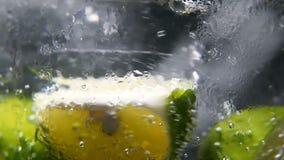 戒毒所或干渴概念 健康,饮食营养 冷的柠檬水,石灰饮料 黑色背景 股票录像