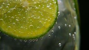 戒毒所或干渴概念 健康,饮食营养 冷的柠檬水,石灰饮料 黑色背景 股票视频
