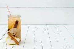 戒毒所果子灌输了调味的水 刷新的夏天自创鸡尾酒 干净吃 复制空间背景 免版税库存图片