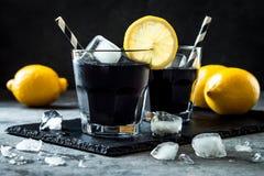 戒毒所被激活的木炭黑色柠檬水 免版税库存照片