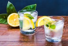 戒毒所饮料、玻璃用柠檬水和薄菏在土气木背景 免版税库存照片