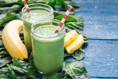 戒毒所绿色圆滑的人用菠菜、菠萝、香蕉和酸奶,拷贝空间 免版税库存图片