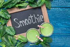 戒毒所绿色圆滑的人用菠菜、菠萝、香蕉和酸奶,顶视图,拷贝空间 库存图片