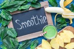 戒毒所绿色圆滑的人用菠菜、菠萝、香蕉和酸奶,顶视图 图库摄影