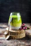 戒毒所ombre分层了堆积matcha绿茶chia种子布丁 素食主义者点心用椰奶 健康素食早餐 库存照片