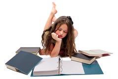 十几岁的女孩在白色隔绝的阅读书 库存图片