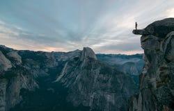 或许的冰川点最佳的看法这个未知的冒险家在边缘敢站立 图库摄影