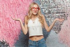 或许,知道 红色glasse的迷茫的长发白肤金发的女孩 免版税图库摄影