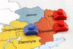 战争地图在乌克兰与俄国坦克数字优势  免版税库存图片