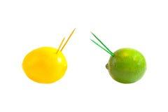战争或战斗的概念。 柠檬和石灰互相反对 库存图片