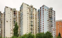 战争损坏的议院在萨拉热窝 达成协议波斯尼亚夹子色的greyed黑塞哥维那包括专业的区区映射路径替补被遮蔽的状态周围的领土对都市植被 免版税图库摄影