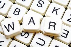 战争文本词纵横填字谜标题说明标签盖子背景 字母表信件玩具块 白色按字母顺序的信件 库存照片