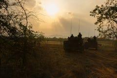 战争概念 与在战争雾天空背景的军事剪影场面战斗, 免版税图库摄影